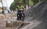 """Người tham gia giao thông """"thi vượt địa hình, chướng ngại vật"""" trên đường Phạm Văn Đồng"""