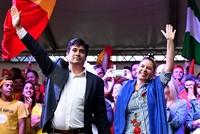 Ca sĩ nhạc Rock kiêm nhà văn đắc cử tổng thống Costa Rica