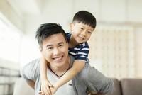 Làm cha giúp đàn ông dễ kiếm việc và có nhiều tiền hơn