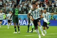 Messi và Rojo đưa Argentina vào vòng 1/8