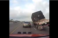 'Dựng tóc gáy' khi xe container suýt lật nghiêng đè bẹp xe con