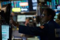 Bỏ qua nỗi lo, giới đầu tư vẫn rót tiền vào chứng khoán