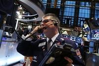 Chứng khoán đồng loạt giảm, giá vàng được dự báo tiếp tục tăng