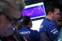 Chứng khoán, giá vàng và giá dầu đồng loạt giảm mạnh