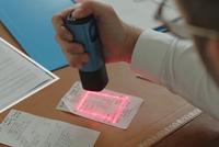 Máy scan cầm tay có thể chụp tài liệu kích cỡ lớn với công nghệ laser