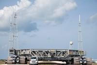 Xe bánh xích chở tàu vũ trụ của NASA