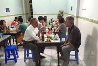 Hình ảnh Tổng thống Mỹ ăn bún chả và thân thiện với người dân Hà Nội