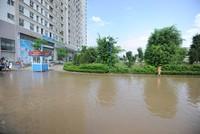 Chung cư Dương Nội bị nước bao vây 2 ngày chưa rút