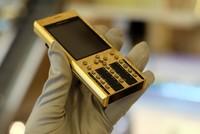 Điện thoại mạ vàng 24K, khắc hình rồng giá 125 triệu đồng