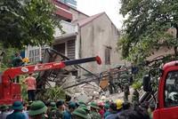 Sập nhà 4 tầng gần phố cổ Hà Nội, nhiều người bị vùi lấp