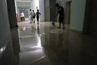Chung cư 11 tầng bất ngờ bục bể nước