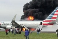 Phi cơ Mỹ chở 170 người bốc cháy trên đường băng