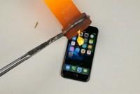 """""""Tra tấn"""" iPhone 7 bằng vàng nóng chảy"""