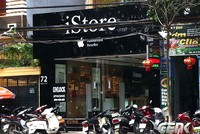 Cửa hàng điện thoại tính ghi 'ai phôn' trên biển quảng cáo