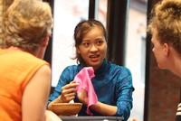 Khách APEC được hướng dẫn phân biệt lụa thật - giả ở Hội An