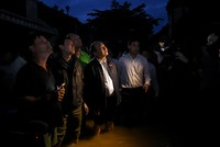Thủ tướng lội nước thăm người dân vùng lũ Hội An
