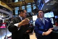 Kinh tế Mỹ bất ngờ tích cực, phố Wall rung lắc