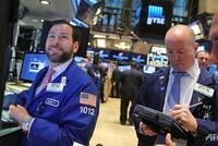 Chứng khoán, giá vàng và dầu thô đồng loạt tăng mạnh