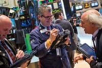 S&P 500 lập kỷ lục mới, vàng tiếp tục tăng giá