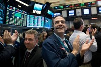 Bà Yellen và Apple giúp phố Wall lập kỷ lục mới, giá vàng biến động mạnh
