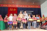 Báo Đầu tư trao 200 cặp  phao cứu sinh cho học sinh vũng lũ Quảng Bình