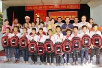 Báo Đầu tư trao cặp phao cứu sinh, mũ bảo hiểm cho học sinh Nghệ An, Hà Tĩnh, Quảng Bình
