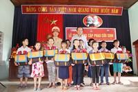 Báo Đầu tư trao cặp phao cứu sinh, mũ bảo hiểm cho học sinh  Quảng Bình, Quảng Trị.