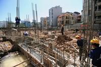 Công nhân thi công trong nắng nóng tại công trường các dự án bất động sản Hà Nội
