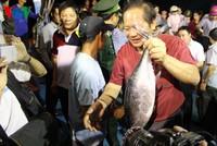 Bộ trưởng Trương Minh Tuấn trực tiếp mua, ăn cá của ngư dân Quảng Bình