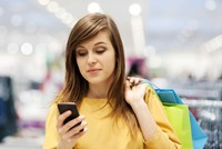 Vừa dạo cửa hàng vừa lướt web là khách hàng mua sắm nhiều