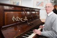 Thợ sửa piano Anh phát hiện túi tiền vàng trị giá hơn nửa triệu đô