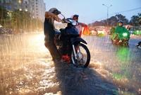 Một số lưu ý đi xe máy khi mưa ngập