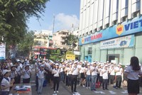 Hàng trăm nhân viên VietBank ra đường tiếp thị
