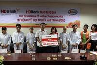 HDBank tặng 200 triệu đồng cho bệnh nhân có hoàn cảnh khó khăn tại Viện Huyết học Truyền máu Trung ương