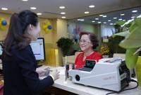 Nam A Bank tặng quà cho khách hàng gửi tiết kiệm