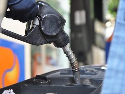 Giữ nguyên đề xuất tăng thuế môi trường xăng lên tối đa 8.000 đồng mỗi lít