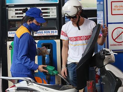 Giá xăng tăng hơn 350 đồng một lít