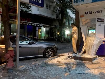 Ôtô BMW lao vào trụ ATM ngân hàng BIDV ở Sài Gòn