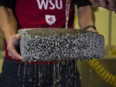 Bê tông làm từ sợi Cacbon tái chế có thể thoát nước giúp ngăn ngừa lũ