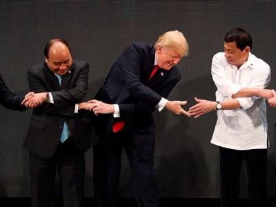Những lần tổng thống Mỹ lúng túng khi bắt tay