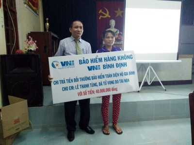 VNI trao 40 triệu đồng bồi thường bảo hiểm hộ gia đình nạn nhân bị đuối nước tại Bình Định