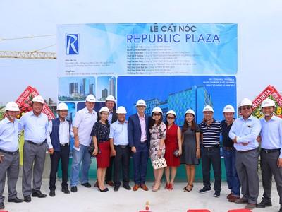 Cất nóc tổ hợp căn hộ cao cấp & khách sạn 5 sao Republic Plaza