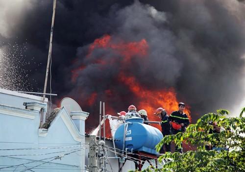 250 cảnh sát ngăn lửa từ xưởng nhựa qua khu dân cư Sài Gòn