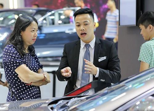 Giá ôtô giảm sâu tại Việt Nam, nhân viên bán xe lo thất nghiệp