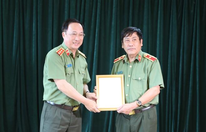 Trao quyết định của Bộ trưởng Bộ Công an về công tác cán bộ