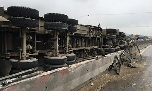 Lật xe chở gỗ khiến quốc lộ 1A ách tắc nhiều giờ