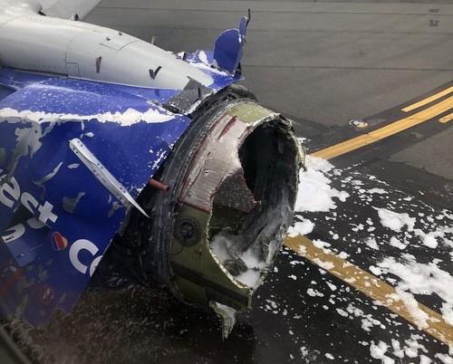Máy bay Mỹ nổ động cơ trên không, hành khách bị hút ra ngoài cửa sổ
