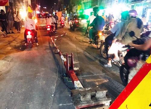 Ôtô húc văng barie tàu hỏa ở Sài Gòn, giao thông hỗn loạn