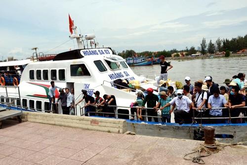8 tàu cao tốc đưa 2.000 du khách bị kẹt ở đảo Lý Sơn vào bờ