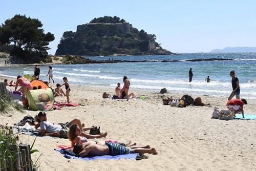 Tổng thống Pháp bị chỉ trích vì định xây bể bơi riêng hơn 11.000 USD